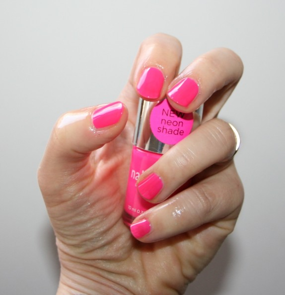 I'm a Barbie-girl in a fluo world… (+tentative nail-art)