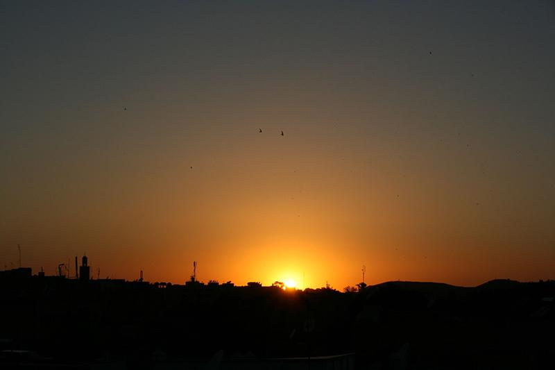 le soleil se couche, vue depuis le toit de notre riad