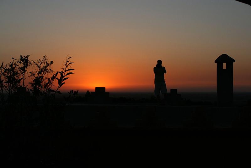 l'un des plus beaux couchers de soleil que j'ai pu voir, en plein désert... une silhouette se détache