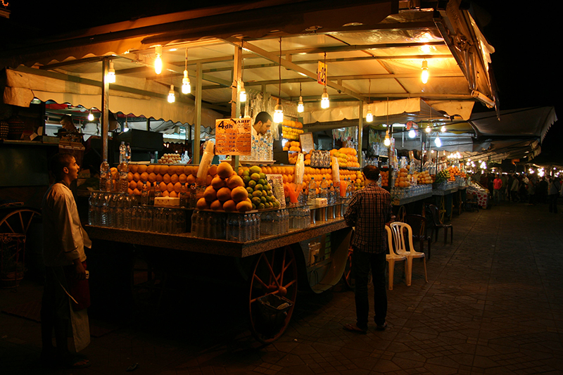 un jus d'orange fraîchement pressées pour quelques dirhams