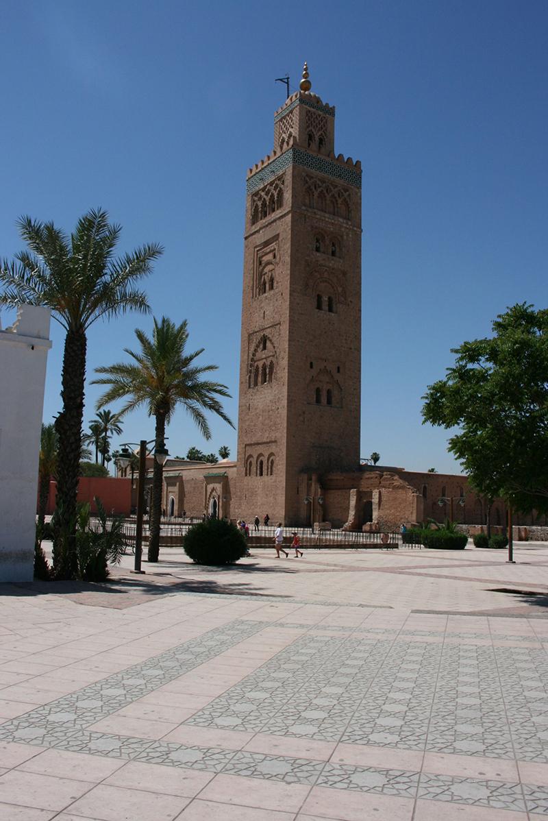 La mosquée de la Koutoubia dont le minaret trône fièrement sur la Médina - contruite au 12ème siècle - elle diffuse cinq fois par jour l'adhan (appel à la prière) du muezzin.