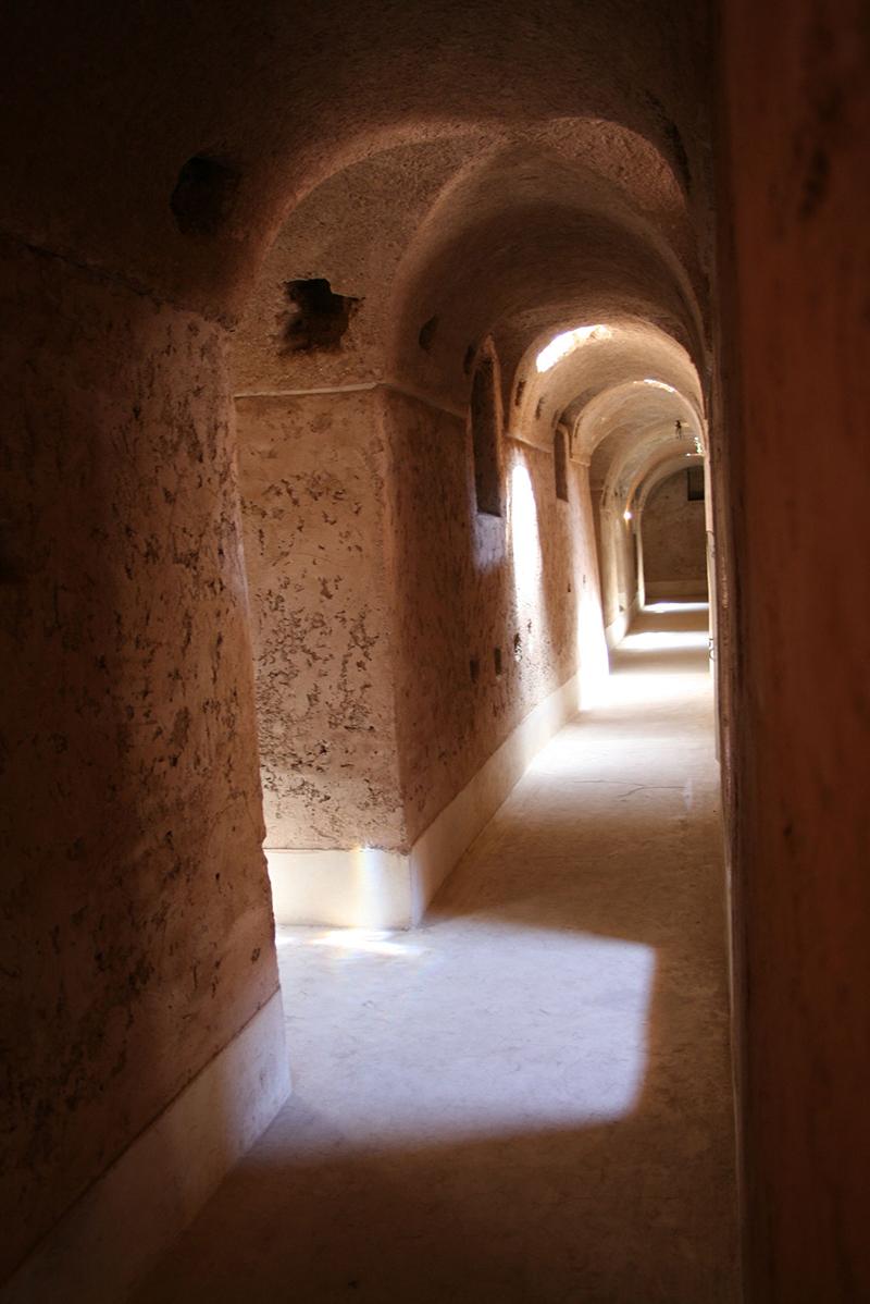 dans les couloirs aux allures de catacombes