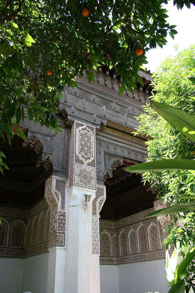 """Pose au palais de la Bahia, au nord du mellah : décoration raffinée pour cette construction du grand vizir Ahmed ben Moussa qui fit construire ce palais pour y """"abriter"""" ses 24 concubines (quelle santé !)"""