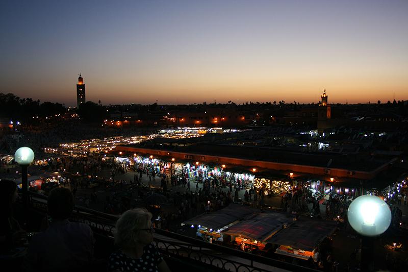 La très célèbre place Jemaa-el-Fna où grouillent mille et unes gargotes au coucher du soleil