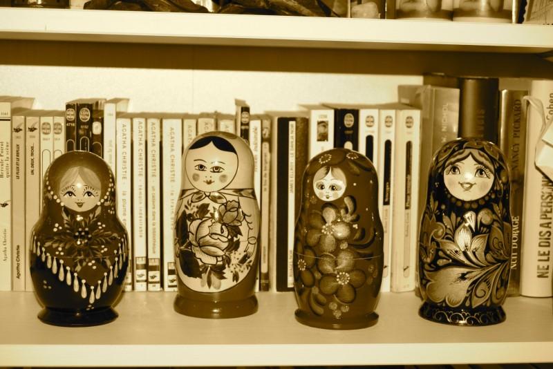 quelques unes de mes poupées russes en bonne place dans ma bibliothèque...