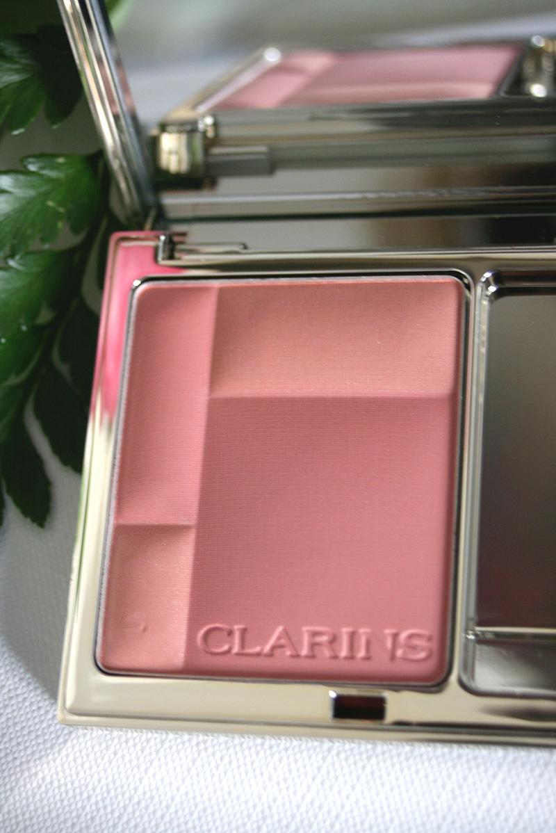 détail blush clarins