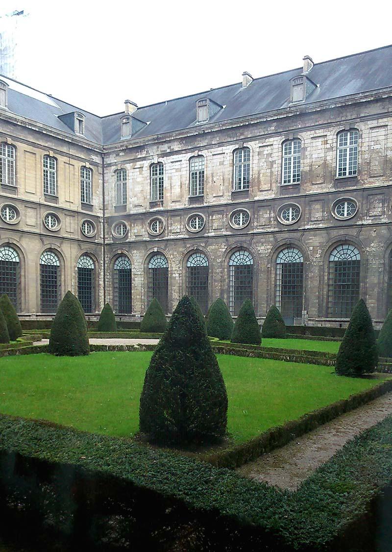 les jardins de l'abbaye Saint-Vaast inspirent le calme !