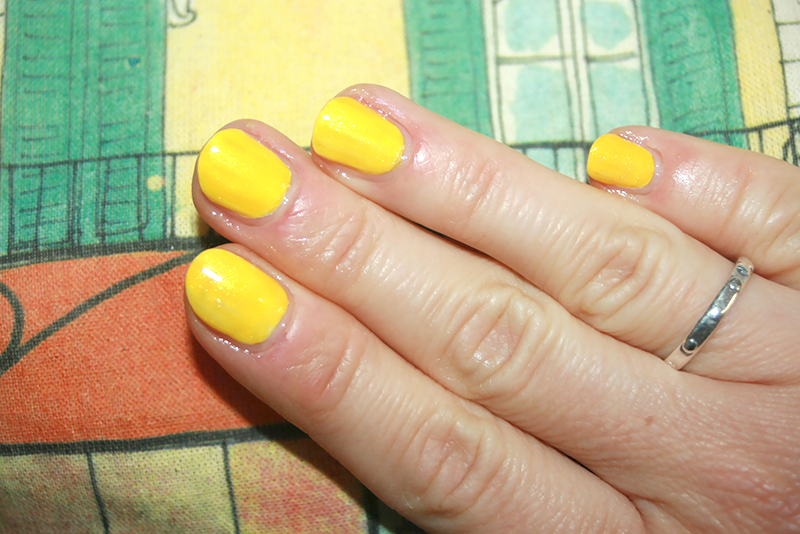 On ose le vernis jaune !