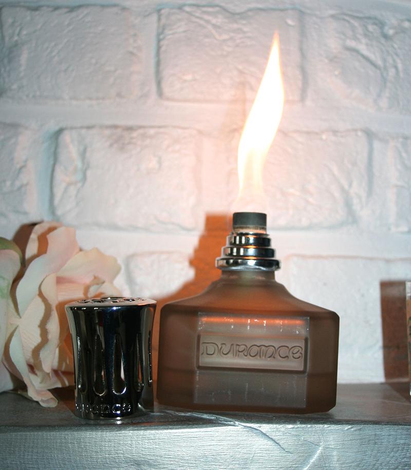 Il faut d'abord allumer la mêche (préalablement imbibée du parfum), on laisse brûler quelques minutes (oui la flamme est impressionnante) puis on éteint et on met le diffuseur. Pour éteindre, on remet le capot et c'est terminé !