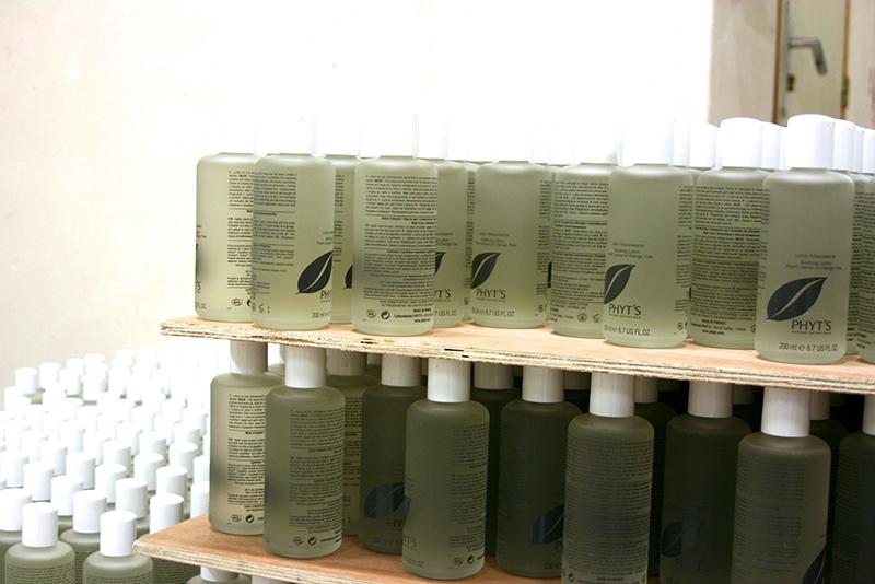 les flacons arrivent vierges et sont estampillés à l'image de la marque dans l'usine qui a mis en place un procédé d'impression UV unique