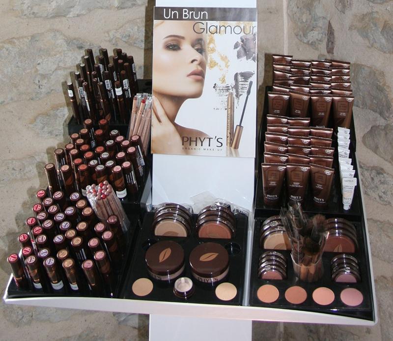 une gamme de maquillage plutôt complète avec des teintes actuelles : beurres, cires, huiles végétales alliées à des pigments minéraux et des extraits de plantes !