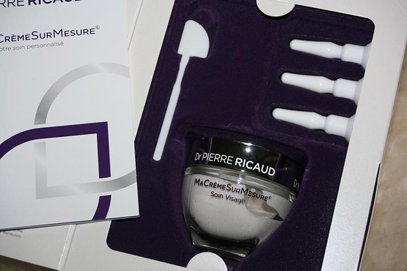 un coffret de crème sur mesure comprend une crème de base (texture onctueuse ou légère), trois concentrés d'actifs et une spatule