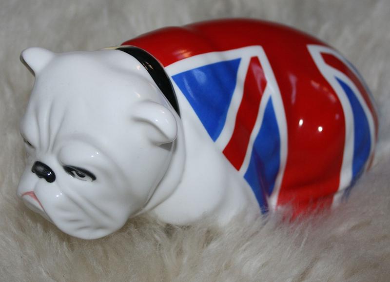 Le bouledogue qui trône sur le bureau de M dans Skyfall (James Bond)... Le bouledogue, symbôle de la pugnacité britannique et aussi une des caricatures de Churchill...