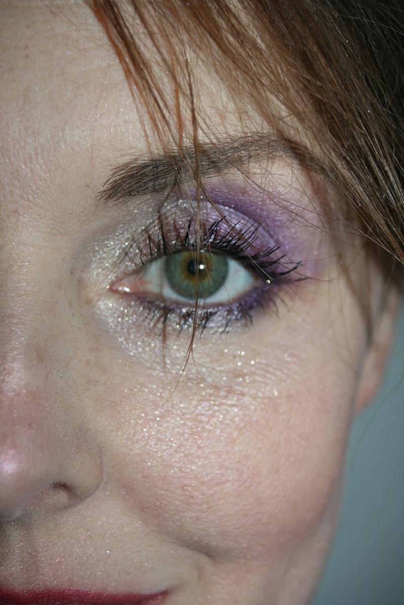 Maquillage doré pour les fêtes : pimper avec du violet !