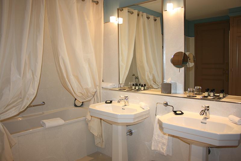 salle de bain chambre proust grand hotel cabourg