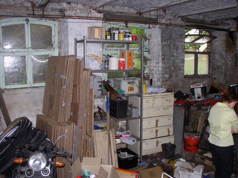 Le sous-sol qui est depuis devenu mon bureau, mais qui était sale et plei nde bordel (la personne en chemisier vert pâle en bas de la photo, c'est moi, je crois que la photo, je me demandais bien ce que je faisais là! )