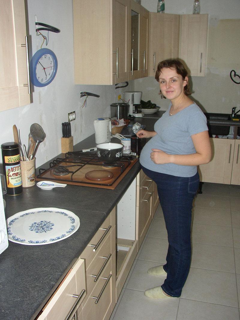 La preuve ultime que je faisais un bébé !!! Quasi à terme, une cuisine presque terminée....